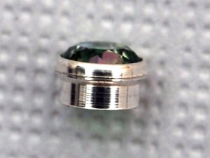 Pressetting Gemstone mit Fassung aus Silber 925 in der Seitenansicht